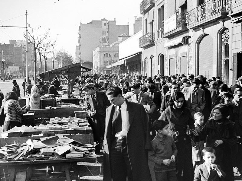 1931 - Sunday market on Carrer de Paral-lel
