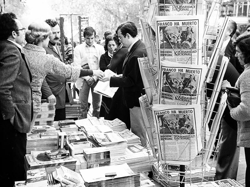 1975 - Newsstand with papers announcing Franco's death.