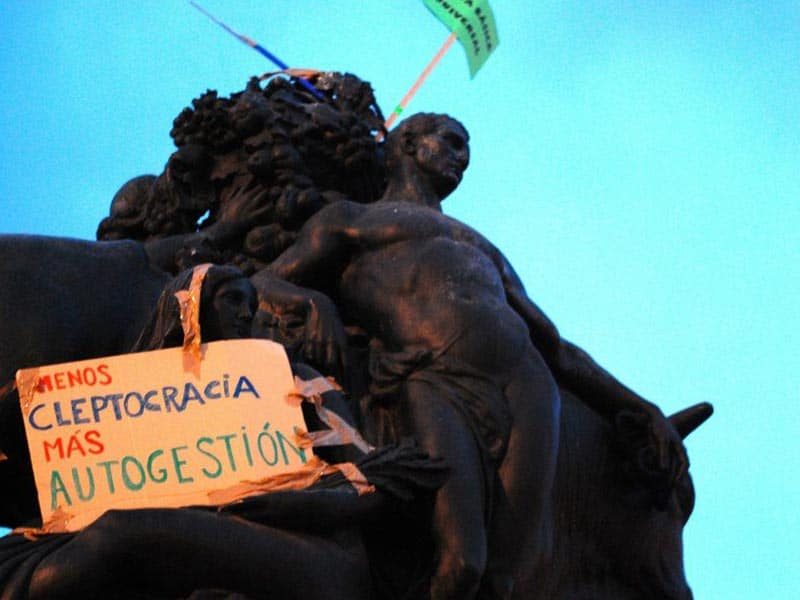 2011 - Postrer on Barcelona statue protesting corruption.