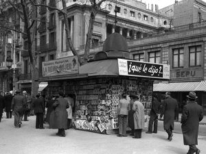 1943 - Newspaper stand on Les Rambles.