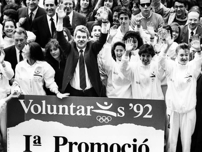 1989 - Mayor Pasqual Maragall awards certificates to first 750 volunteers for Barcelona Olympics