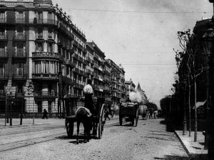 1908 - Ronda de la Universitat with carriages traveling along the road.