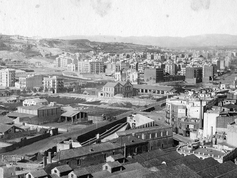 1880 - View of Poble-sec and Montjuïc from the Drassanes area of ​​Barcelona.