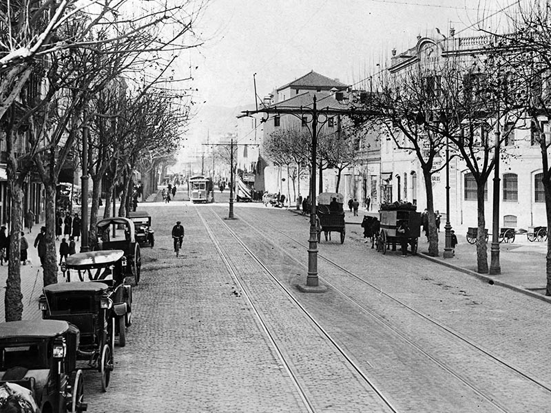 1923 - Ronda Sant Pau with trams and carriages.