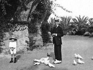 1915 - Family scene in Parc Güell