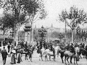 1920 - View of the bottom of Plaza Catalunya with people and police on horseback.