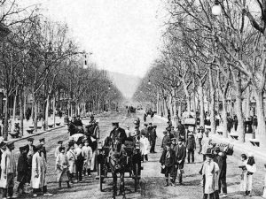 1915 - Passeig de Gràcia with people and carriages.