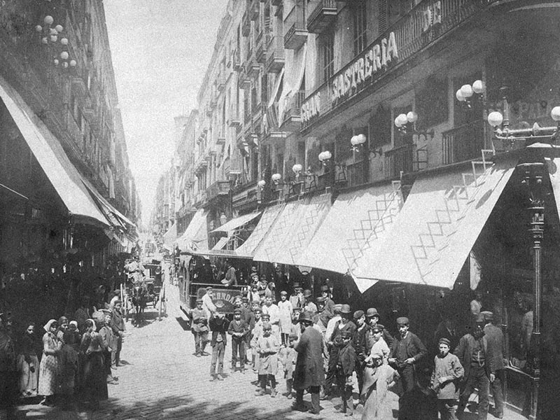 1880. Carrer Ferran with people, tram and carriages.