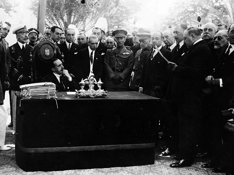 1925 - The secretary of the City council, Mr. Flat, reading in the presence of King Alfons XIII.