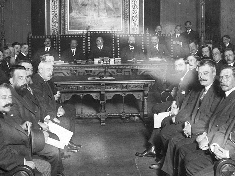 Prat de La Riba and representatives of the four Provincial Councils of Catalonia gathered to form the Commonwealth, or Mancomunitat of Catalunya.
